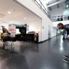 Lewis Hamilton observa la trasera del W03