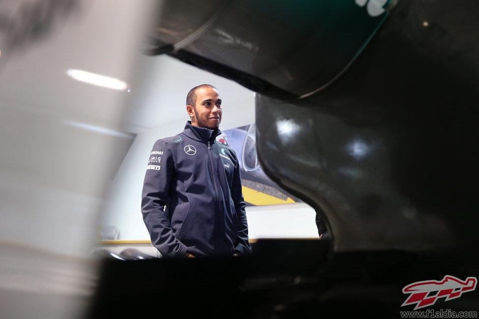 Plano medio de Lewis Hamilton