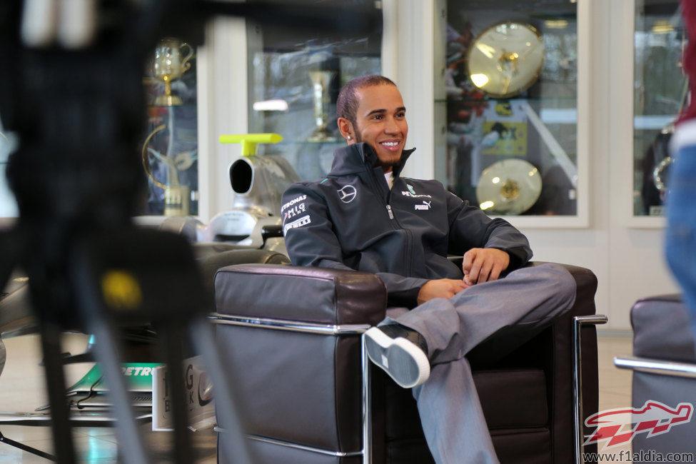 Hamilton atiende a la prensa en la fábrica de Mercedes
