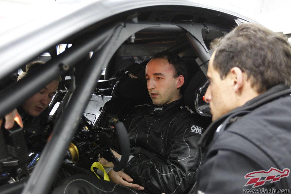 Robert Kubica se sienta por primera vez en el Mercedes C-Coupé