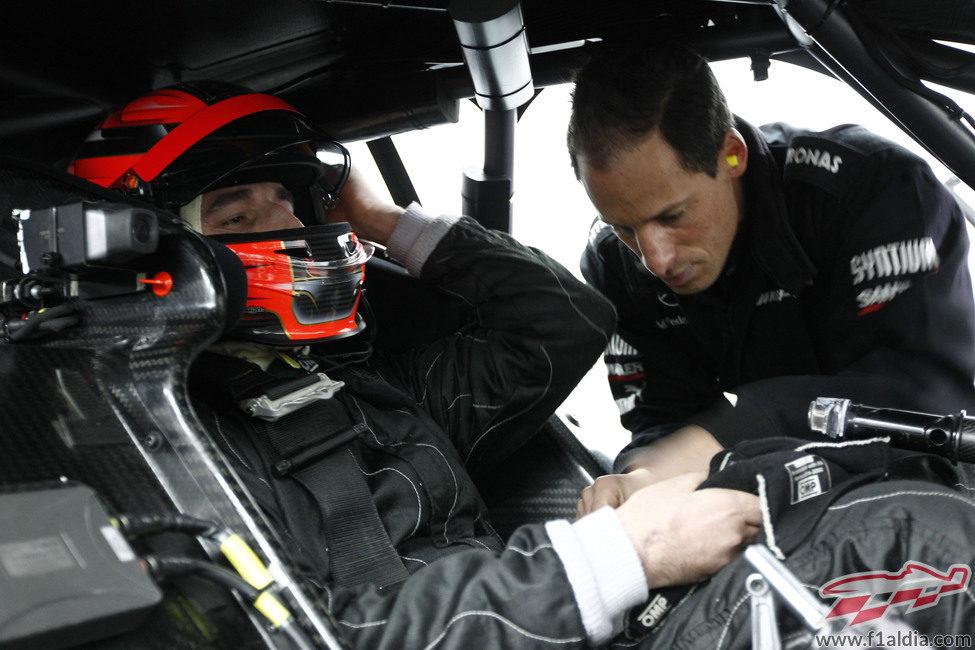 Los mecánicos de Kubica le ajustan el Mercedes C-Coupé