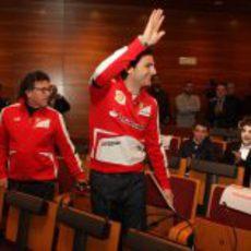 Pedro de la Rosa saluda a su llegada al acto vestido de Ferrari