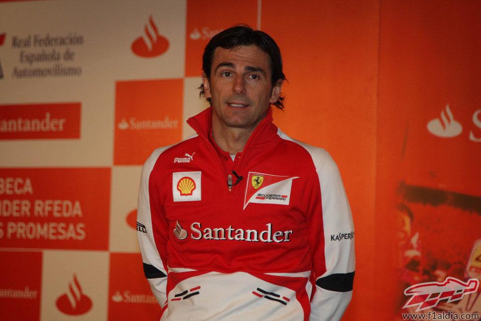 Pedro de la Rosa habla durante su primer acto como piloto de Ferrari