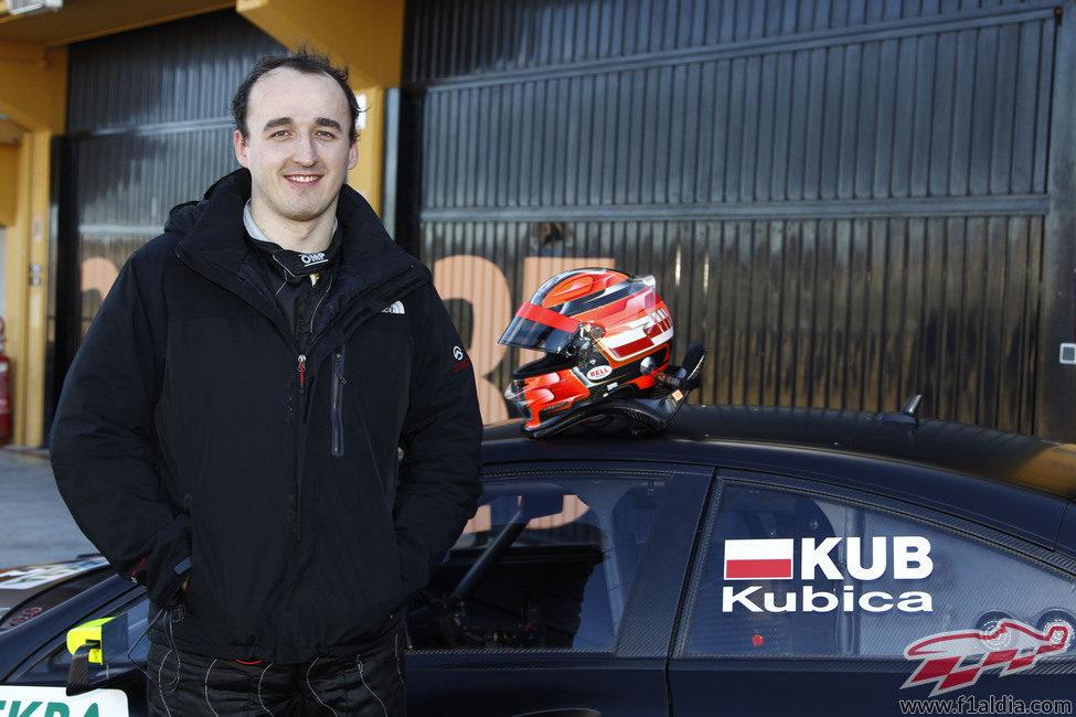 Robert Kubica con su casco y el Mercedes C-Coupé