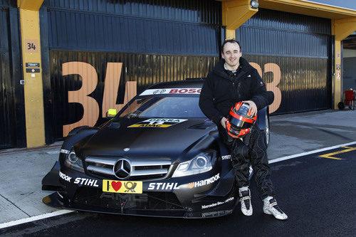 Robert Kubica posa con el Mercedes DTM en Cheste