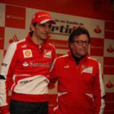 Pedro de la Rosa posa en su primer acto vestido con los colores de Ferrari