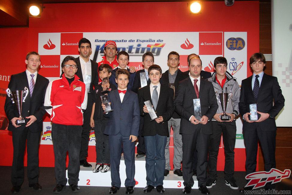 Pedro de la Rosa junto a los ganadores de las diferentes categorías de karting