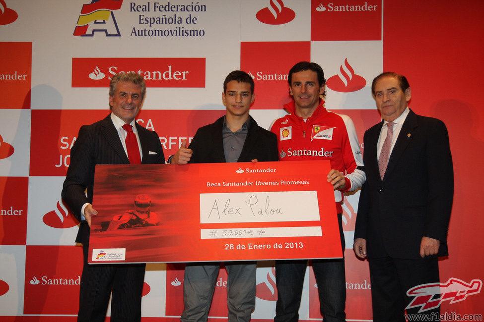 Pedro de la Rosa entregando una beca en el acto del Santander