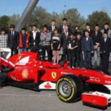 Pedro de la Rosa posa junto a un monoplaza de Ferrari
