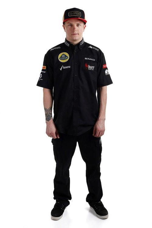 Kimi Räikkönen vestido con la ropa de Lotus para 2013