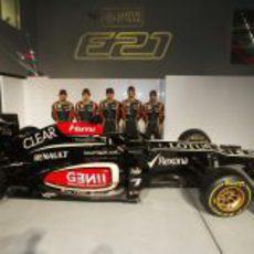 El Lotus E21 acompañado por los cinco pilotos del equipo