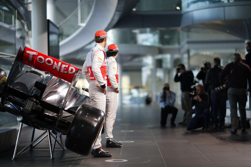 Jenson Button y Sergio Pérez junto al nuevo McLaren MP4-28 de 2013