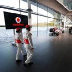 Jenson Button y Sergio Pérez caminan hacia el MP4-28 en Woking