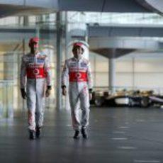 Jenson Button y Sergio Pérez caminan juntos en Woking