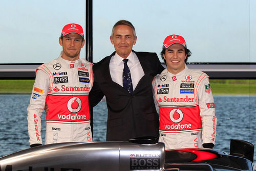 Jenson Button, Martin Whitmarsh y Sergio Pérez en la presentación del MP4-28