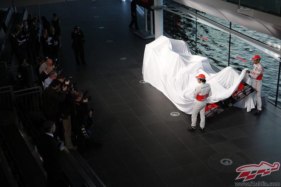 Sergio Pérez y Jenson Button descubren el McLaren MP4-28
