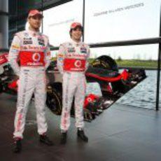 Jenson Button y Sergio Pérez junto al McLaren MP4-28 en Woking