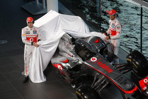 Sergio Pérez y Jenson Button muestran el McLaren MP4-28 en Woking
