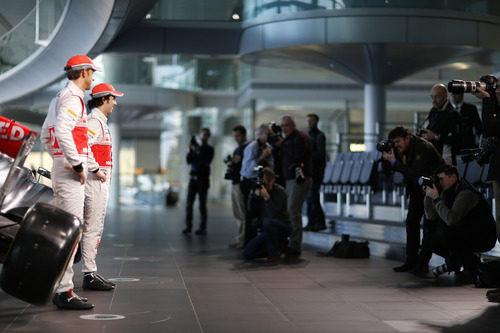 Jenson Button y Sergio Pérez en la presentación del MP4-28 en Woking