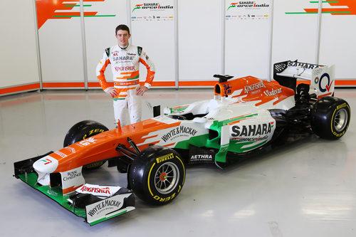 Paul di Resta junto al nuevo Force India VJM06