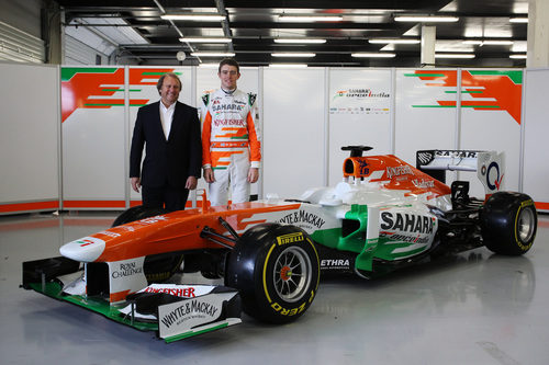 Paul di Resta y Bob Fernley junto al Force India VJM06