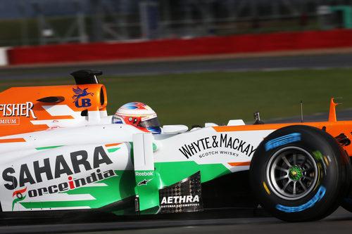 El Force India VJM06 sobre un mojado circuito de Silverstone