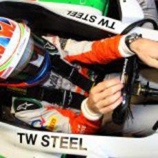 Paul di Resta se sube al Force India VJM06 tras su presentación