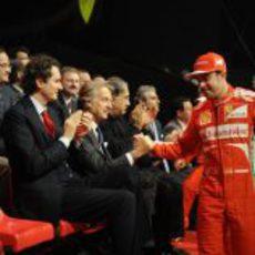 Fernando Alonso y Luca di Montezemolo se saludan en la presentación