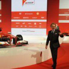 Luca di Montezemolo junto al nuevo monoplaza de Ferrari, el F138