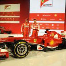 Fernando Alonso y Felipe Massa junto al nuevo Ferrari F138