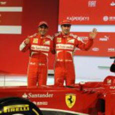 Felipe Massa y Fernando Alonso posan junto al F138