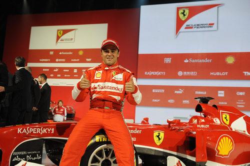 Felipe Massa alza sus pulgares junto al nuevo F138