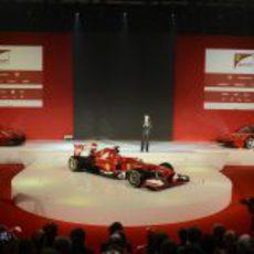 Luca di Montezemolo en el escenario de la presentación del Ferrari F138