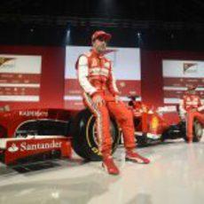 Fernando Alonso y Felipe Massa sobre las ruedas del F138