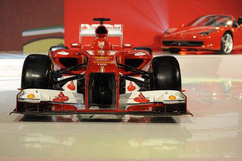 Vista frontal del Ferrari F138 durante su presentación en Maranello