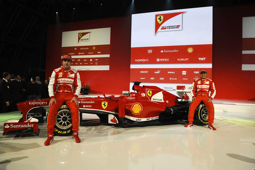 Fernando Alonso y Felipe Massa posan junto al Ferrari F138