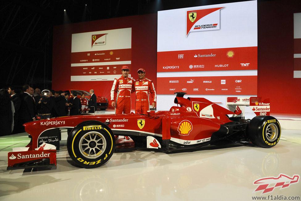 Fernando Alonso y Felipe Massa posan junto a su nuevo Ferrari F138