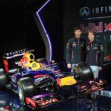 Sebastian Vettel y Mark Webber posan junto al RB9
