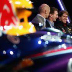 Newey, Horner, Vettel y Webber junto al nuevo Red Bull RB9