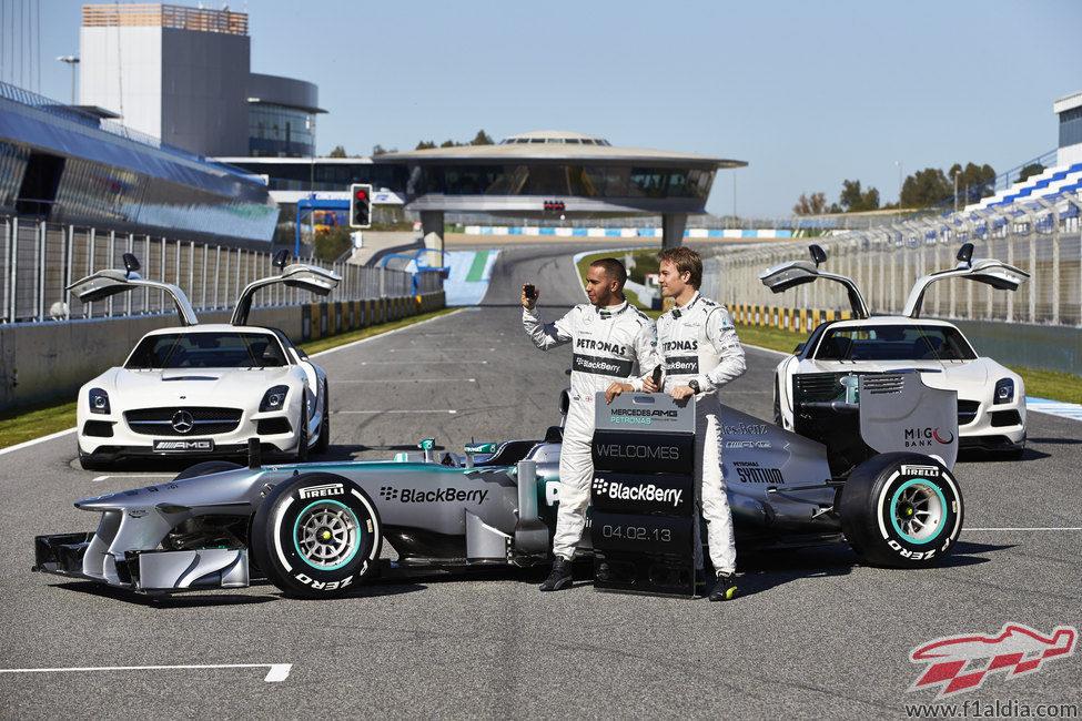 Lewis Hamilton y Nico Rosberg en la presentación del W04