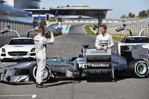 Lewis Hamilton fotografía a Nico Rosberg en la presentación del W04
