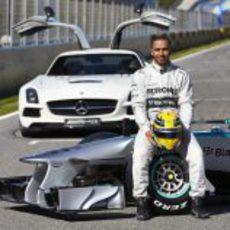 Lewis Hamilton posa junto a su nuevo Mercedes W04 de 2013