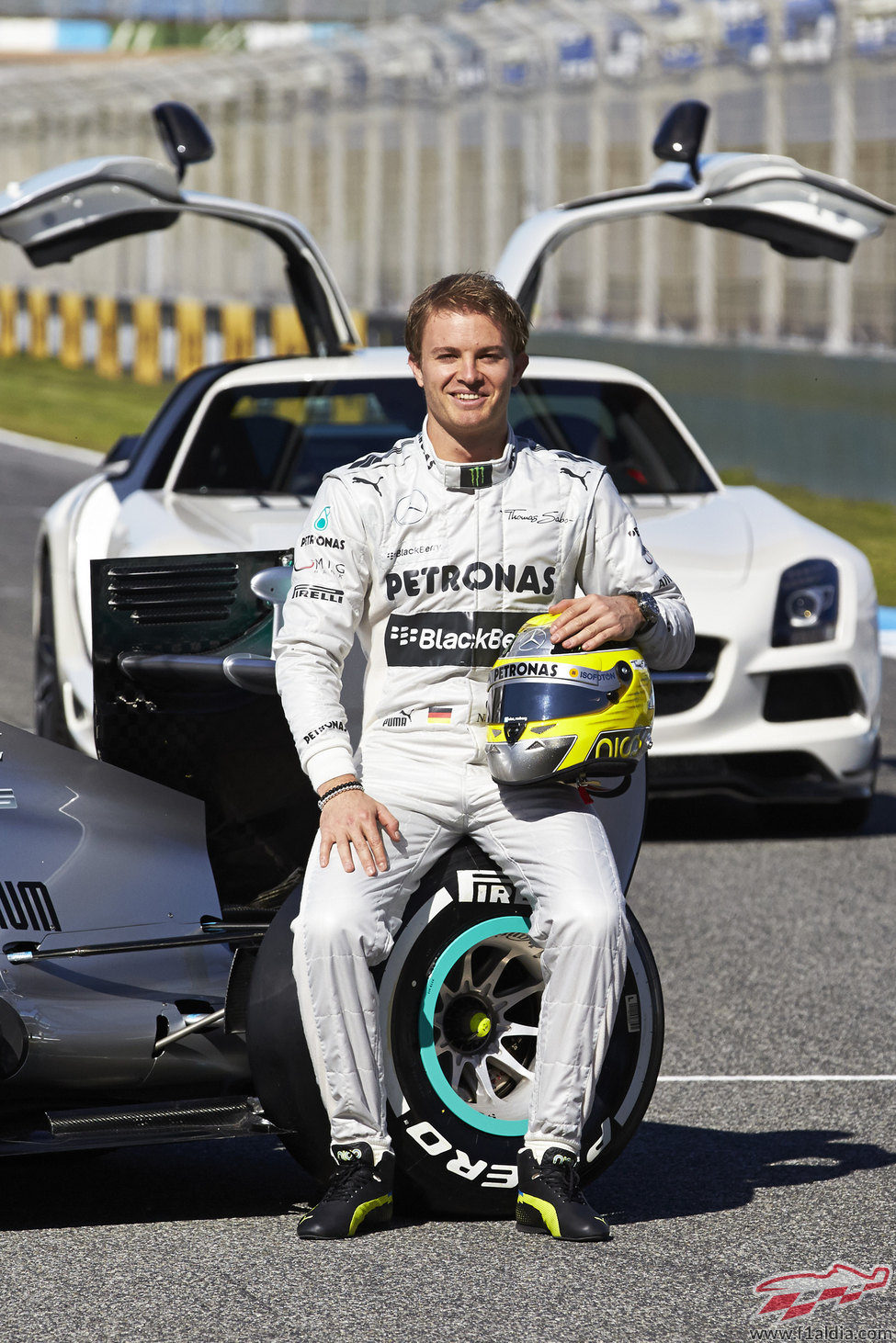 Nico Rosberg posa en la presentación del W04 de 2013