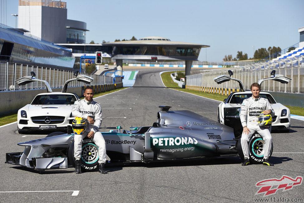 Lewis Hamilton y Nico Rosberg posan junto al Mercedes W04