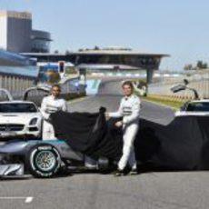 Nico Rosberg y Lewis Hamilton descubren el Mercedes W04 de 2013