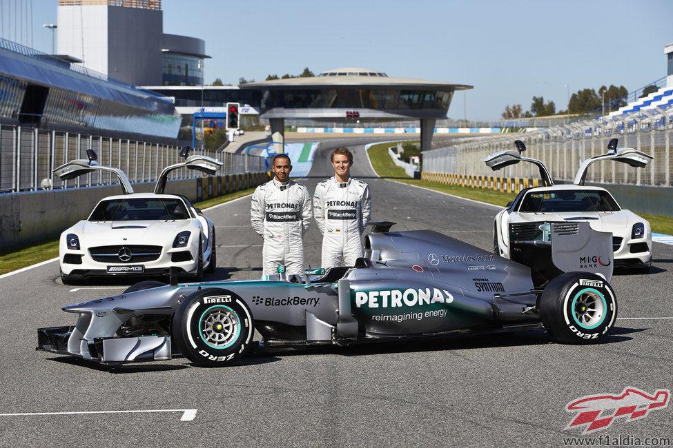 Lewis Hamilton y Nico Rosberg junto a su Mercedes W04 de 2013