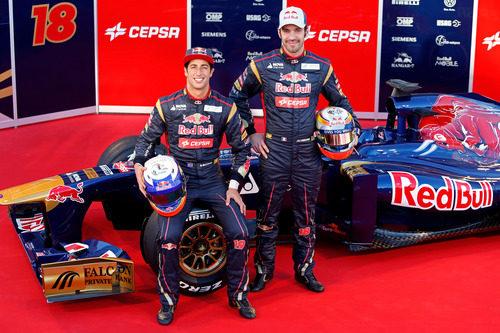 Daniel Ricciardo y Jean-Eric Vergne posan junto al STR8 de 2013