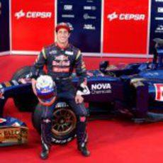 Daniel Ricciardo sentado sobre su Toro Rosso STR8 de 2013