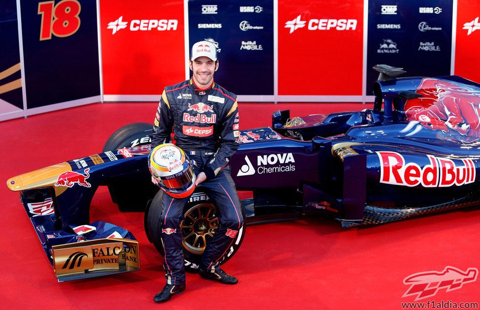 Jean-Éric Vergne sentado sobre su Toro Rosso STR8 de 2013