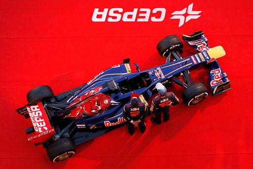 El Toro Rosso STR8 y sus dos pilotos vistos desde arriba